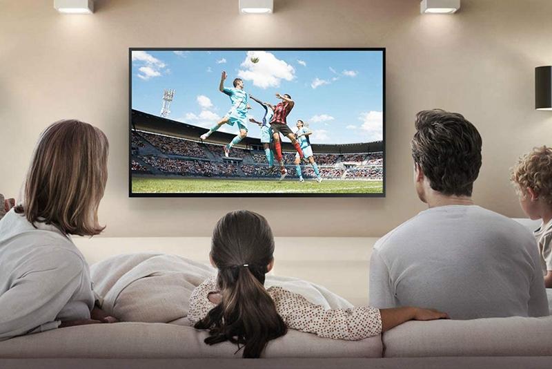 Gia đình ngồi xem Tivi cùng My K+